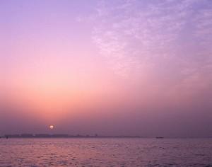 AM4:00 朝焼け 東京ディズニーランドの上に太陽が昇る